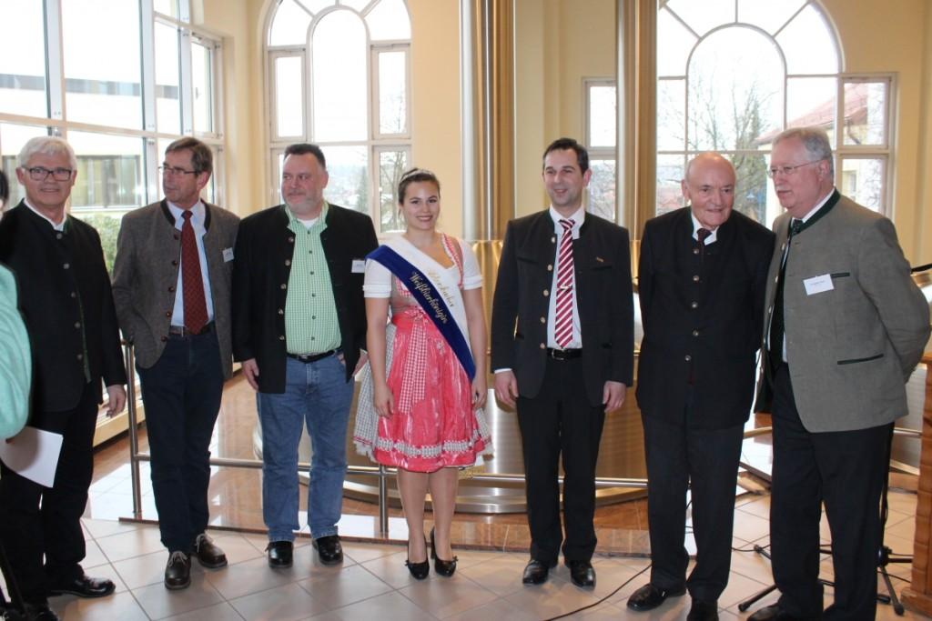 Abbildung 1: Braumeister Peter Wagner, Dr. Adrian Forster, Dr. Andreas Gahr, Tamara Schreiner, Ferdinand Freiherr von Aretin, Prof. Dr. Ludwig Narziß, Dr. Herbert Graf (v.l.)