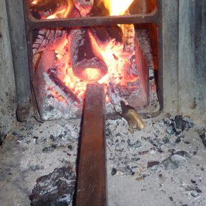 Die Metallschublade nimmt das Feuer im Ganzen raus