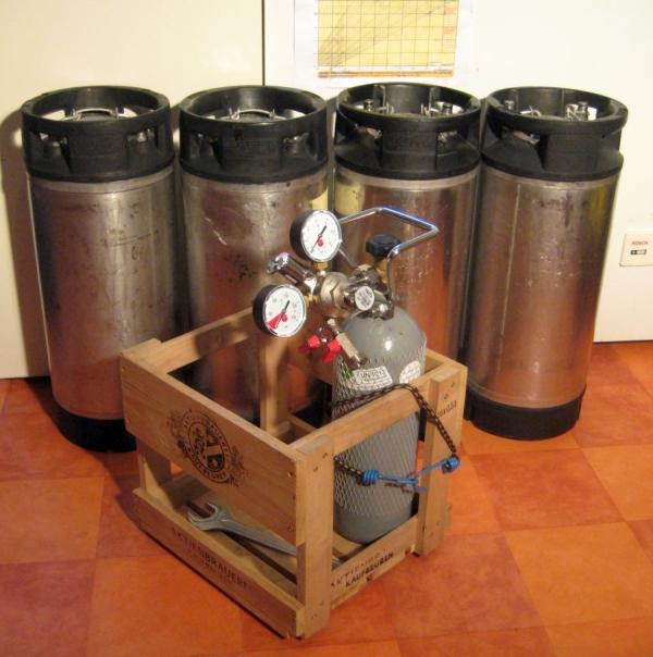 Bild 1: Grundausstattung Soda-Kegs, CO2-Flasche und Druckminderer