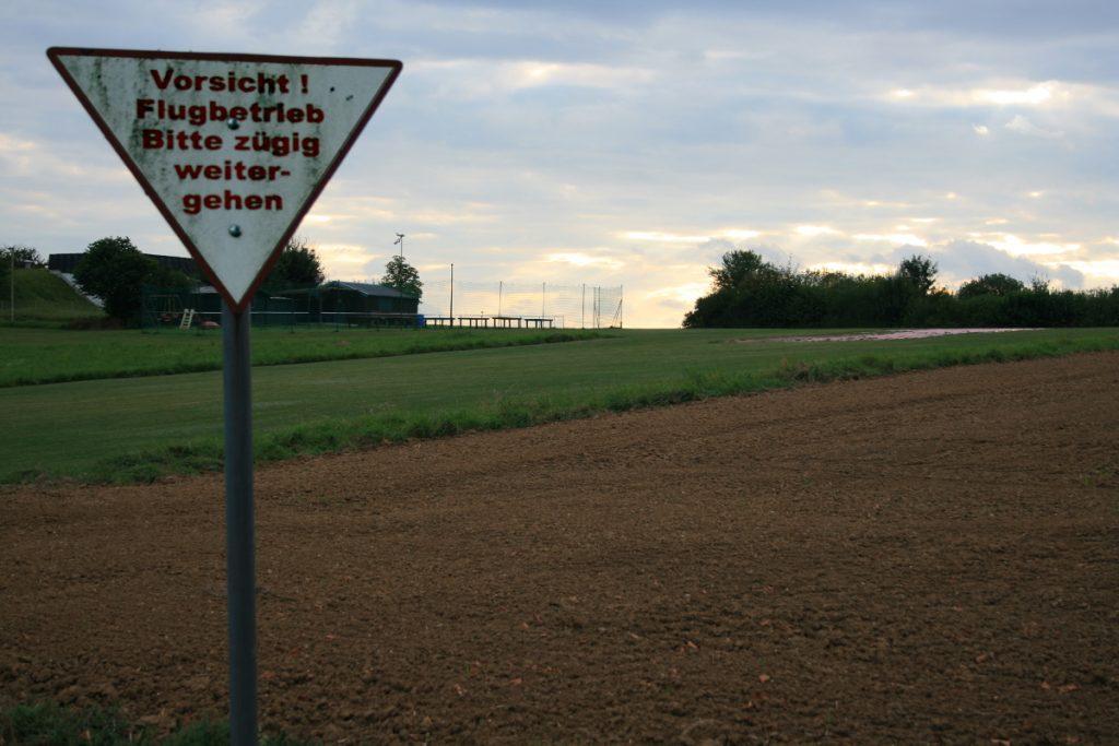 kuriose Anweisungen am Feldflugplatz