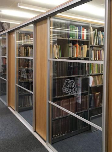 Blick ins eines der Bibliotheksregale der Schultze-Berndt-Bibliothek